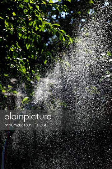 Wasserstrahl im Sonnenlicht - p110m2031801 von B.O.A.