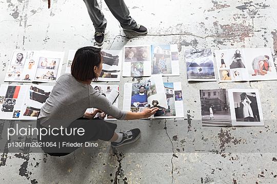 Mädels nach getaner Arbeit - p1301m2021064 von Delia Baum