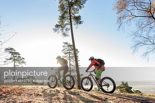 Caucasian couple riding bicycles - p555m1491073 by Kolostock