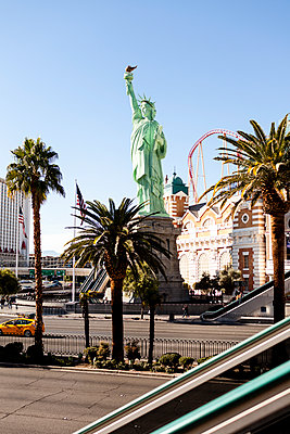 Statue of Liberty Replica at New York-New York Hotel and Casino in Las Vegas against clear sky - p1094m1209108 by Patrick Strattner