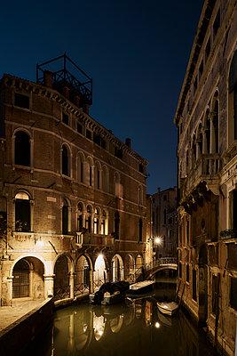 Gebäude Kanal Boote Nacht - p1312m2020072 von Axel Killian