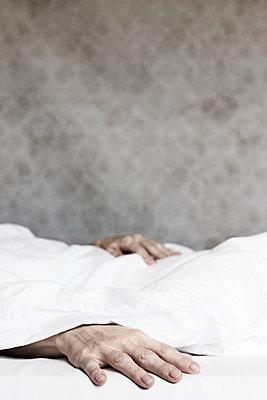 Hände einer liegenden Frau im Bett - p1574m2158161 von manuela deigert