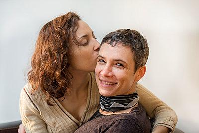 Frauenpaar - p445m1222129 von Marie Docher