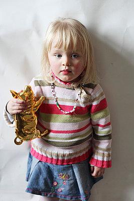 Kleines Mädchen mit goldenem Sparschwein - p906m709945 von Wassily Zittel