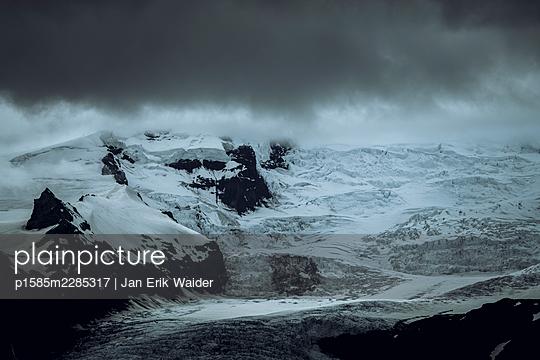 Vatnajökull unter dunklen Wolken - p1585m2285317 von Jan Erik Waider