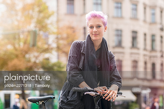 Portrait of young woman on city street - p924m2271318 by Tamboly