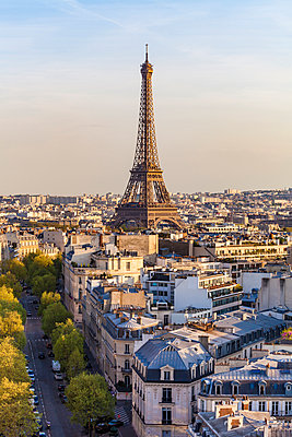 France, Paris, cityscape with Eiffel Tower and residential buildings - p300m2059690 by Werner Dieterich