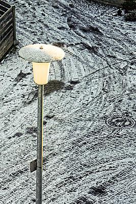 Straßenlaterne im Winter - p979m1557844 von Martin Kosa