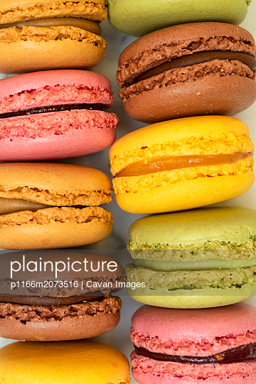 Above view of colorful macaroons on a marble background - p1166m2073516 by Cavan Images