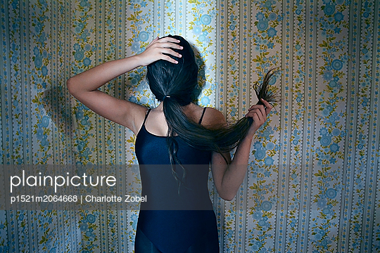 Without a face - p1521m2064668 by Charlotte Zobel