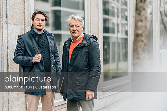 Portrait of young man and senior man in the city - p300m1587194 von Gustafsson