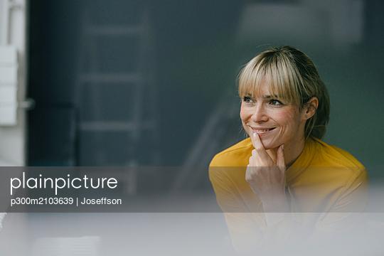 Portrait of a beautiful blond woman, smiling - p300m2103639 by Joseffson