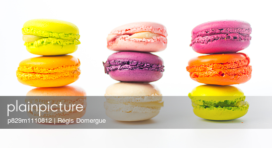 Multicolored macaroons - p829m1110812 by Régis Domergue