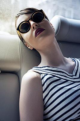 Junge Frau auf Rücksitz im Auto - p1248m1185551 von miguel sobreira