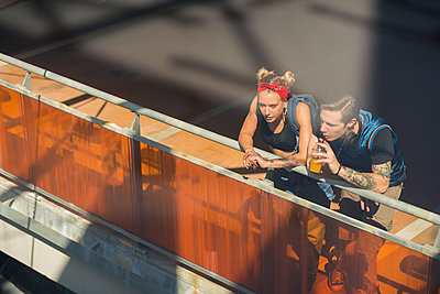 Young couple relaxing on parking level - p300m2012531 by Francesco Morandini