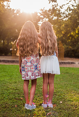 Rear view of girls in park - p429m2019444 by Seb Oliver