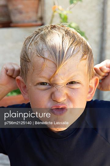 Boy make faces - p756m2125140 by Bénédicte Lassalle