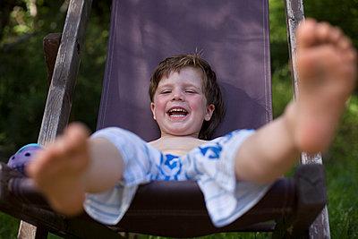 Kind in Liegestuhl - p1308m1136762 von felice douglas