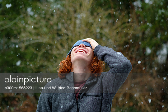 plainpicture - plainpicture p300m1568223 - Happy teenage boy enjoying ... - plainpicture/Westend61/Lisa und Wilfried Bahnmüller