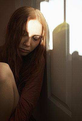 Trauriges junges Mädchen - p1694m2291700 von Oksana Wagner