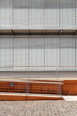 Germany, North Rhine-Westphalia, Cologne, part of office building at Rheinau harbour - p300m2213873 by visual2020vision