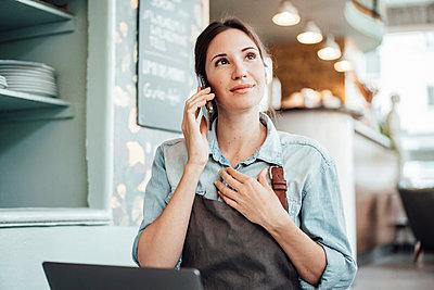 Deutschland, NRW, Essen, Frau, 31 Jahre, Cafe, Business - p300m2252707 von Joseffson