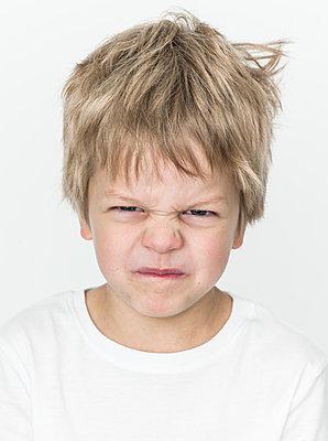 Portrait of boy making faces - p869m1109755 by Dombrowski