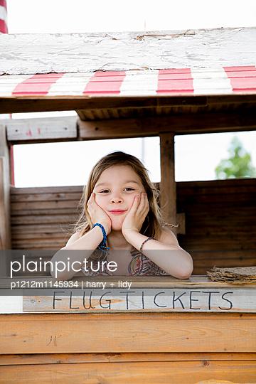 Mädchen in einer Bude spielt Ticketverkauf - p1212m1145934 von harry + lidy