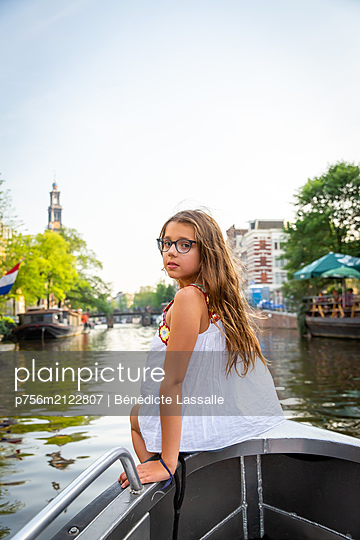 Girl on a boat in Amsterdam - p756m2122807 by Bénédicte Lassalle