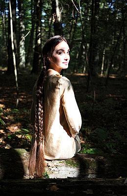 Schöne Frau im Wald - p045m953748 von Jasmin Sander