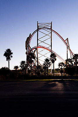 Silhouette of a roller coaster at dusk - p1094m971538 by Patrick Strattner