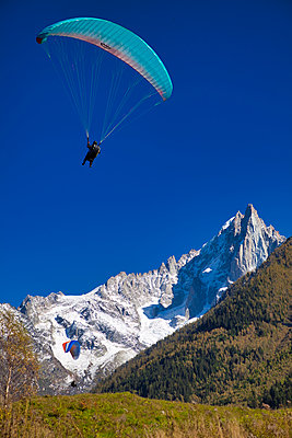 Landing  in Chamonix - p1553m2141593 by matthieu grospiron