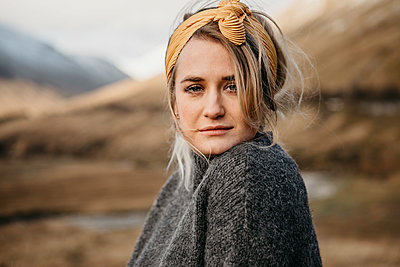 UK, Scotland, Loch Lomond and the Trossachs National Park, portrait of young woman in rural landscape - p300m2104150 by letizia haessig photography