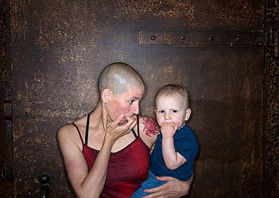 Mutter mit Sohn, Porträt - p427m1467150 von R. Mohr