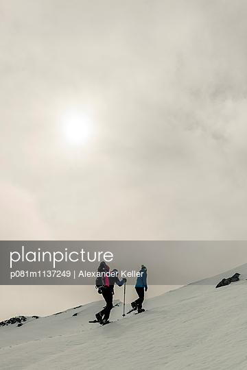 Familie beim Bergwandern mit Schneeschuhen - p081m1137249 von Alexander Keller