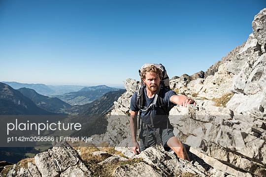 Junger Wanderer hält inne   - p1142m2056566 von Runar Lind