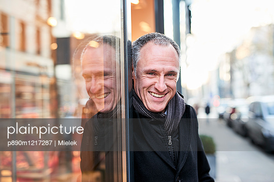 Mann vor einem Geschäft - p890m1217287 von Mielek