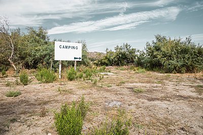 Camping Schild auf Brachfläche in Saint Florent auf der Mittelmeerinsel Korsika - p1162m1496532 von Ralf Wilken