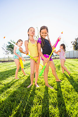 Caucasian girls playing in backyard - p555m1415627 by Mike Kemp