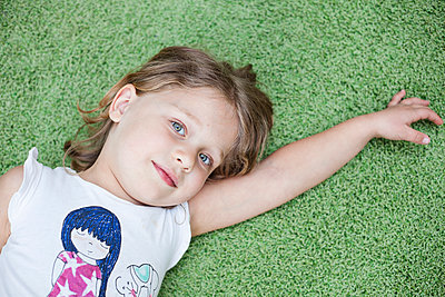 Mädchen liegt am Boden - p712m1466290 von Jana Kay