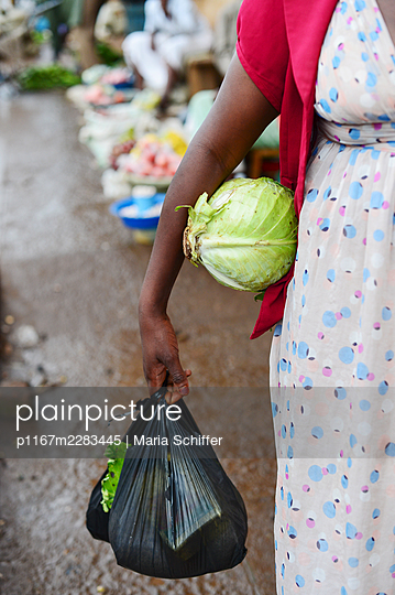 Africa, Uganda, African woman is shopping at the market - p1167m2283445 by Maria Schiffer