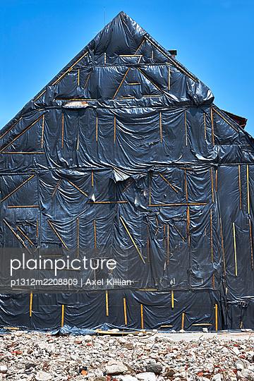 Restoration, house under plastic sheet - p1312m2208809 by Axel Killian