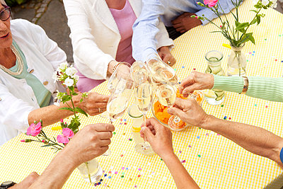 Group of seniors celebrating, drinking champagne - p300m1204987 by Michelle Fraikin