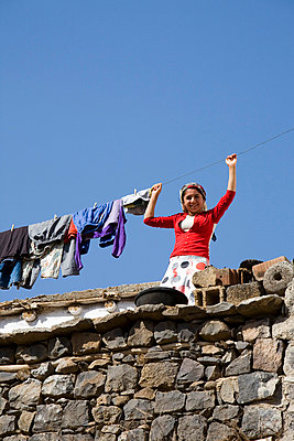 Young woman standing on a roof in Turkey - p6800138 by Stella Mai