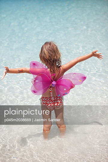 Ein Schmetterling jubelt am Meer - p045m2038669 von Jasmin Sander