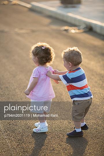 Kleiner Junge mit Zwillingsschwester - p794m2031119 von Mohamad Itani