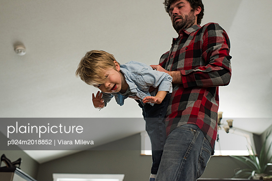 Father playing with son at home - p924m2018852 by Viara Mileva