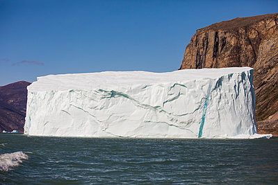 Iceberg floating in the Arctic Ocean. - p1166m2292765 by Cavan Images