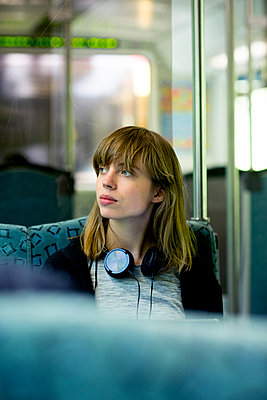 Junge Frau unterwegs mit der S-Bahn - p1212m1136990 von harry + lidy