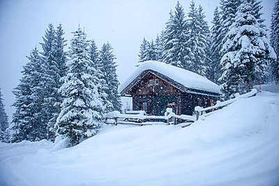 Austria, snow-covered hunting lodge - p300m1206227 by Hans Huber